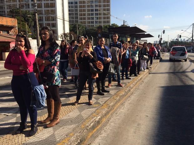 Pessoas se acumulam à espera do ônibus em ponto da Avenida Francisco Morato, na altura da Rua Deputado Bady Bassit. O tráfego na via, sentido bairro, foi totalmente bloqueado pelo protesto. (Foto: Will Soares/G1)