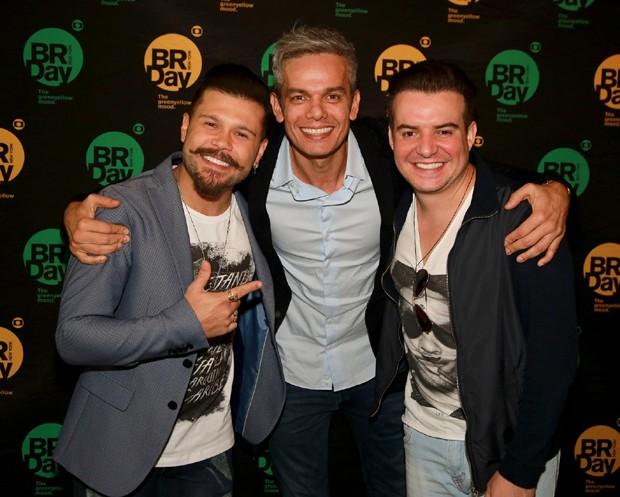 Otaviano Costa com Marcos & Belutti (Foto: Globo/ Luiz C. Ribeiro)