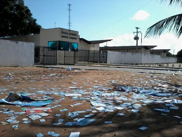 Na escola Estadual Santos Dumont, em Parnamirim, é grande a quantidade de panfletos na frente da escola (Foto: Fernanda Zauli/G1)