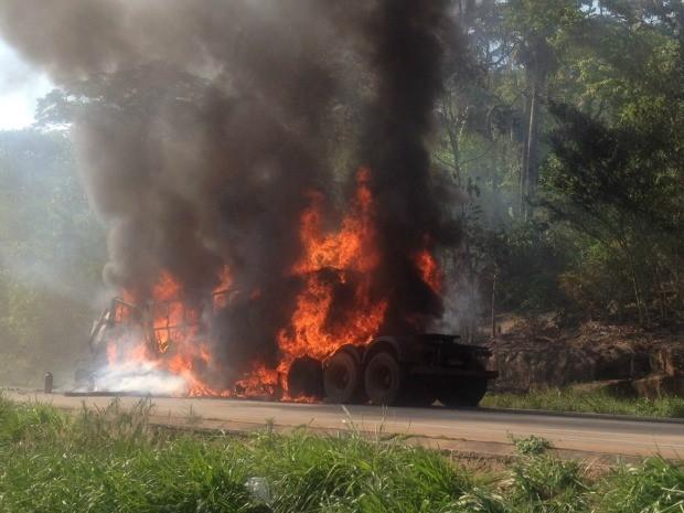 Carreta foi tomada pelo fogo após acidente na Serra de São Vicente (MT) (Foto: Luiz Patroni/TVCA)