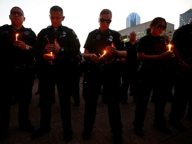 Policiais de Dallas participam de uma vigília com velas em Dallas City Hall (Foto: REUTERS/Carlo Allegri)