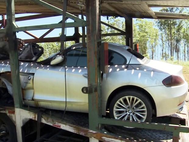 Carros de luxo ficaram destruídos com acidente no Vale do Ribeira (Foto: Reprodução/TV Tribuna)