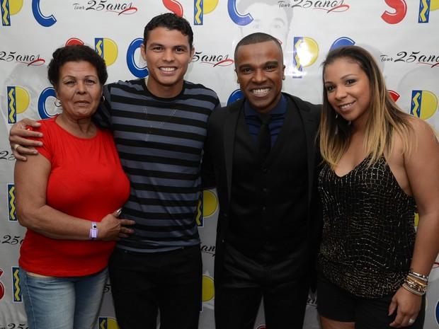 Thiago Silva, a mãe e a mulher, Isabelle da Silva, com Alexandre Pires em show no Rio (Foto: Bruno Henrique/ Divulgação)