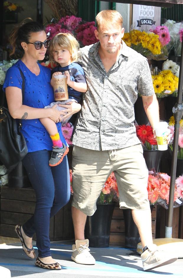 Alanis Morissette caminha com o marido e o filho (Foto: AKM-GSI)