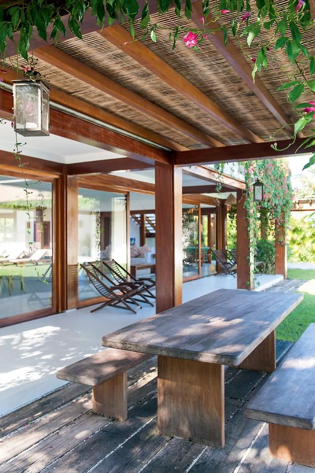 Casa de praia r stica tem ambientes integrados e madeira for Bancos jardin baratos