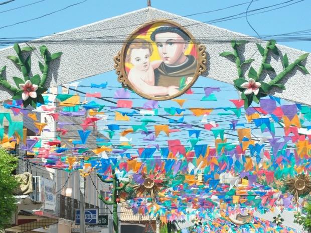 Decoração da festa do Pau da Bandeira nas ruas de Barbalha (Foto: Ariadne Pimenta/ Dégagé)