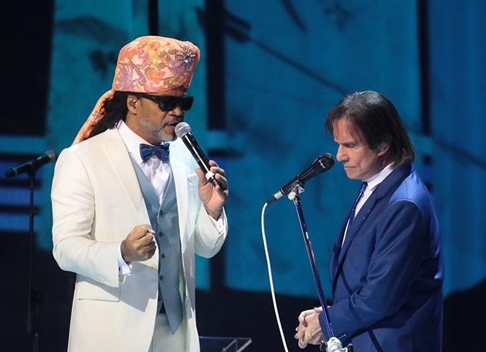Carlinhos Brown divide o palco com Roberto Carlos (Foto: Paulo Belote/Globo)