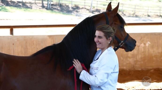 A estudante de veterinária Mayara Zeleníakas Giannocaro tem um haras que oferece tratamento odontológico e fisioterapêutico para cavalos  (Foto: reprodução EPTV)
