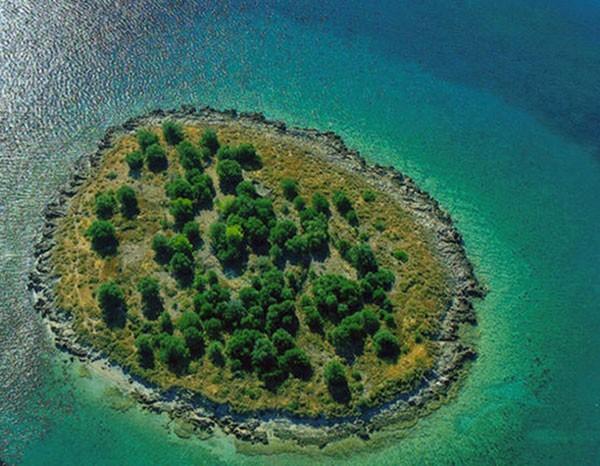 Uma das mais baratas ilhas è venda, a St. Athanasios está sendo ofertada por 1,5 milhão de euros (cerca de R$ 3,7 milhões). (Foto: Divulgação/Greek Property Exchange)