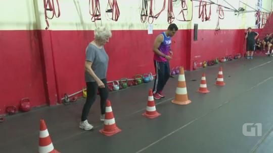 Incentivada pelo neto, idosa de 74 anos faz treinamento funcional no AC