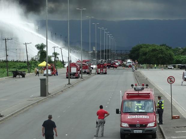 Equipes do Corpo de Bombeiros tentam evitar que sexto tanque de combustíveis seja atingido (Foto: Roberto Strauss / G1)