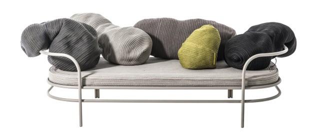 Abraço Do estúdio Front para a Moroso, o sofá Triclinium serve para área interna ou externa. As almofadas soltas, em forma de ameba, podem ser posicionadas de diversas maneiras de forma a valorizar o individualismo (Foto: Divulgação)