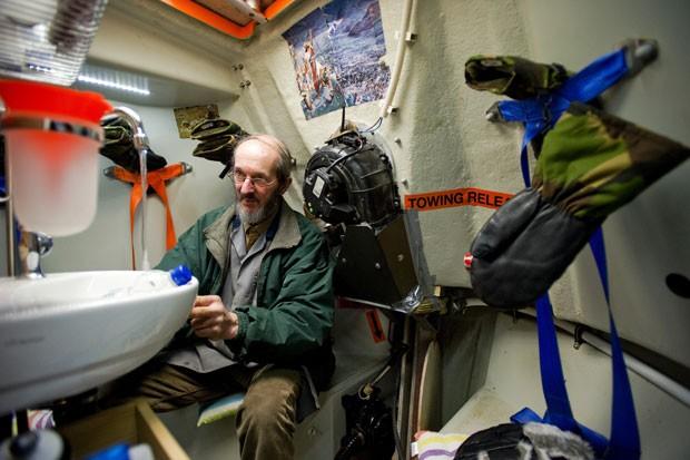 Embarcação pode salvar 35 pessoas (Foto: Robin van Lonkhuijsen/AFP)