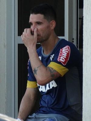 Thiago Neves acompanha de perto o treino do Cruzeiro desta quarta (Foto: Maurício Paulucci / GloboEsporte.com)