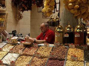 Banca no Mercado de Especiarias de Istambul, datado do século 17. Também conhecido como Bazar Egípcio, ele tem barracas que oferecem bonitos temperos, frutas secas, nozes, chá de maçã, óleos essenciais e doces.  (Foto: AP Photo)
