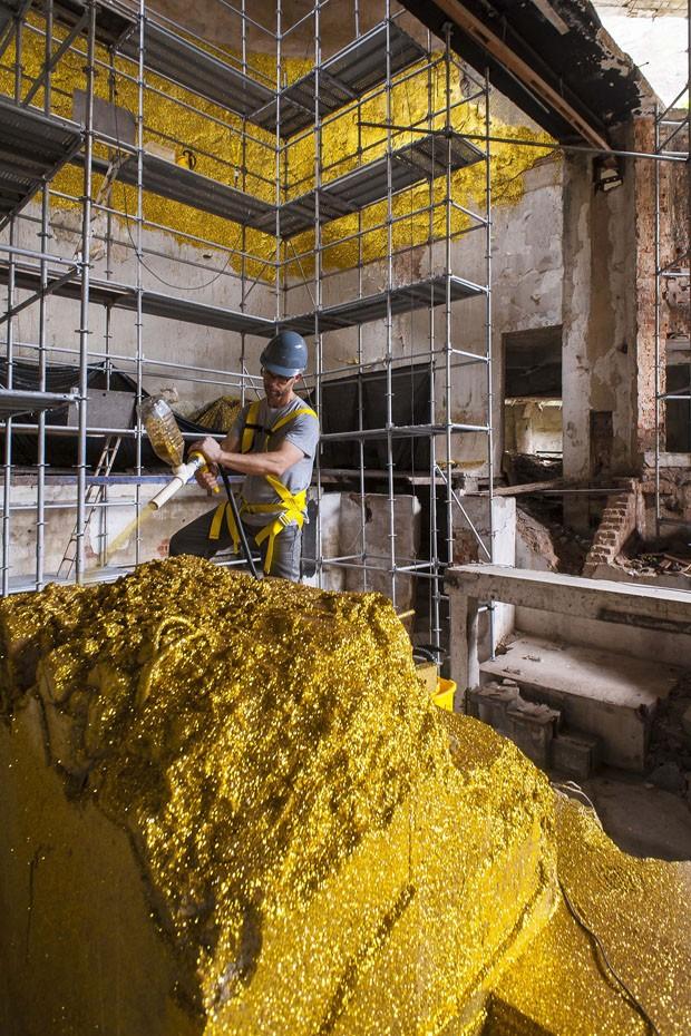 Artista aplica uma tonelada de purpurina em ruínas de teatro carioca (Foto: Beto Felicio)