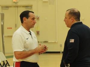 Coach K, à esquerda, conversa com Tom Thibodeau, técnico dos Bulls e seu assistente na seleção (Foto: Fabio Leme)