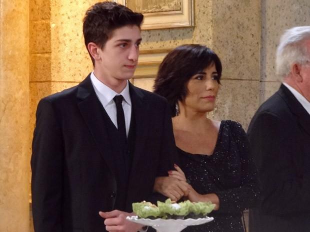 Roberta aparece deslumbrante no meio da festa ao lado de Kiko (Foto: Guerra dos Sexos / TV Globo)