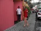 Uau! Marina Ruy Barbosa usa look curtinho para ir a festa infantil no Rio