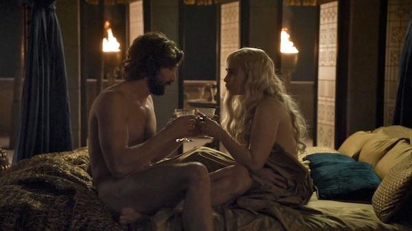 A atriz Emilia Clarke e o ator Michiel Huisman em Game of Thrones (Foto: Divulgação)