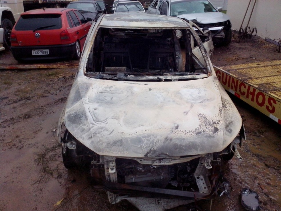 Carro da família foi encontrado queimado em outra cidade (Foto: Fábio Lehmen/RBS TV)