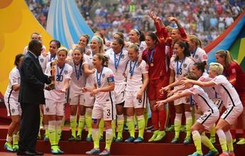 Com ausência de Blatter, presidente da Caf entrega taça do Mundial