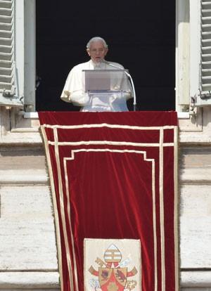 O Papa Bento XVIx realizou neste domingo (24) seu último Ângelus (Foto: Alberto Pizzoli/AFP)