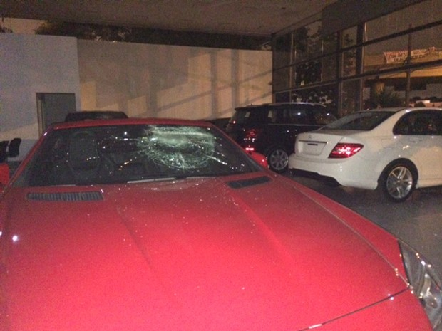 Carros de luxo foram depredados em protesto nesta quinta-feira (19), em São Paulo (Foto: Amanda Previdelli/G1)