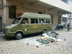 Presos que aguardam vagas em presídios quebraram vidros de micro-ônibus da Brigada Militar no Palácio da Polícia, em Porto Alegre (Foto: Jonas Campos)