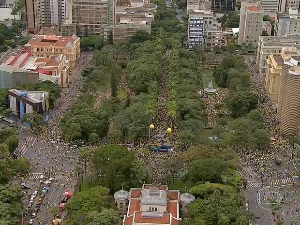 Manifestação Belo Horizonte manhã Praça da Liberdade (Foto: Reprodução/TV Globo)