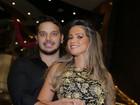 Ex-BBB Fani assiste a show de Roberto Carlos agarradinha com o namorado