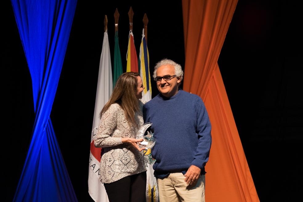 Organizadora do Flipoços, Gisele Ferreira, ao lado de Milton Hatoum no Flipoços (Foto: Bruno Alves/Flipoços)