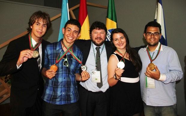 Os brasileiros Ivan Tadeu, Antônio Pedro, o professor José Pelielo (UERJ), Jéssica Lopes e Leonardo Costa ganharam medalhas na Olimpíada Ibero-Americana de  Biologia (Foto: Divulgação)
