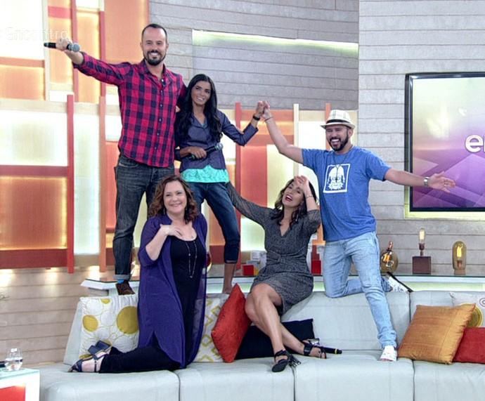 Fátima e convidados entram no clima das fotos da Graciane (Foto: TV Globo)