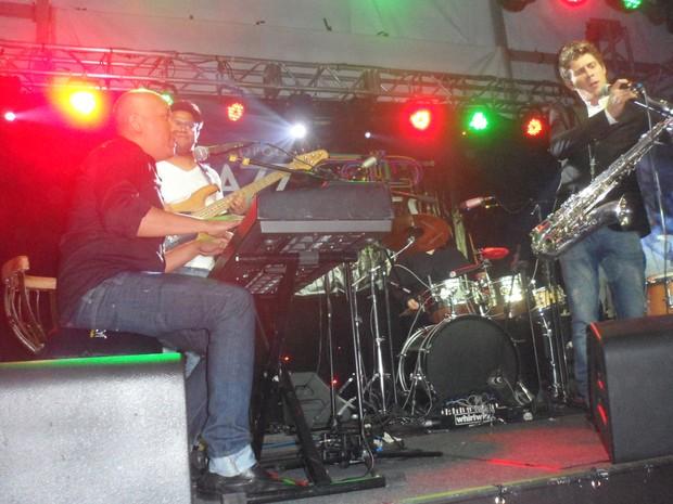 O cubano Pepe Cisneros mostrou um jazz e um blues mais latino ao público (Foto: Andreia Constâncio)