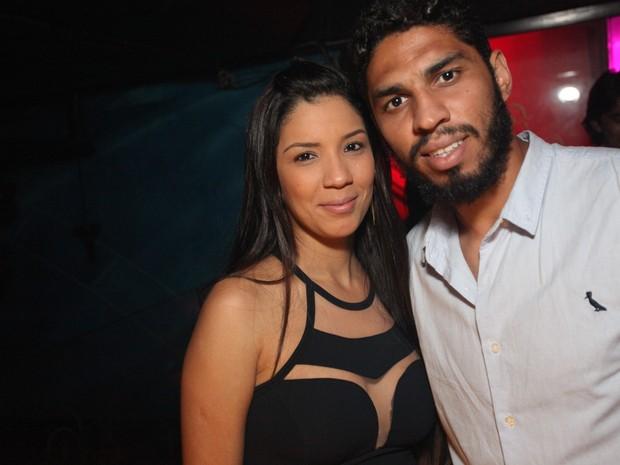 Wallace, do Flamengo, com a mulher em boate na Zona Oeste do Rio (Foto: Marco Macedo/ Divulgação)