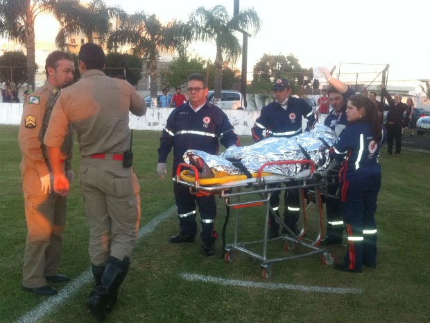 O jovem foi levado pelo helicóptero do Graer ao Hospital Evangélico de Curitiba (Foto: Viviane Mallmann/RPCTV)