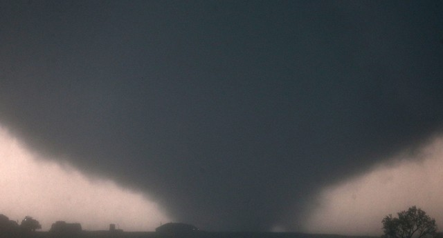 Novo tornado atingiu Oklahoma City, nesta sexta-feira (31) (Foto: AP Photo/Omaha World-Herald, Chris Machian)