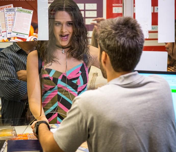 Cassandra fura fila da lotérica e deixa Dorinha irritada (Foto: Fabiano Battaglin/Gshow)
