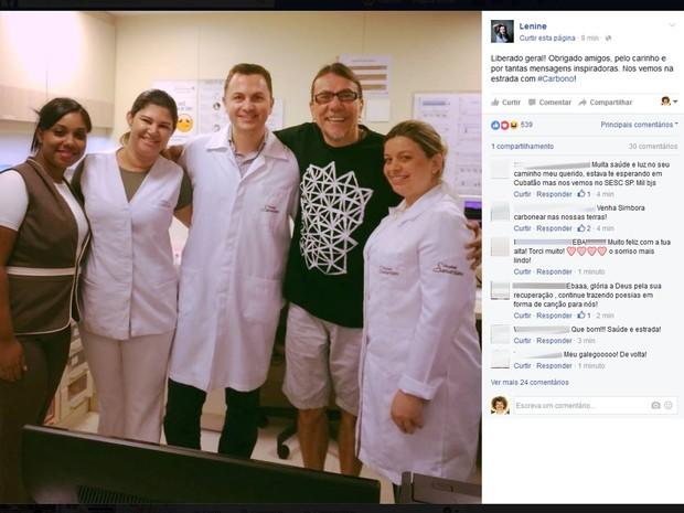 Cantor Lenine celebra alta de hospital no Rio (Foto: Reprodução/Facebook)