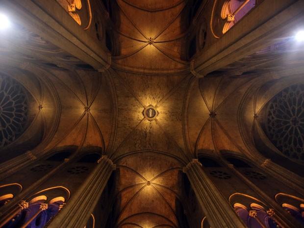 O teto da igreja com a nova iluminação (Foto: Remy de la Mauviniere/AP)