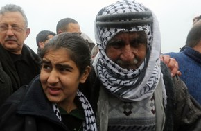 A menina palestina Malak al-Khatib, de 14 anos, é abraçada por seu pai após ser solta da prisão em Tulkarem, na Cisjordânia, nesta sexta-feira (13) (Foto: Jaafar Ashtiyeh/AFP)