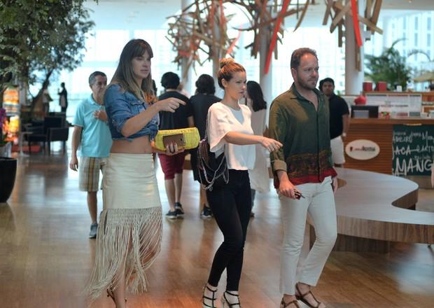 Letícia Birkheuer e Karen Junqueira almoçam juntas em shopping (Foto: William Oda/Agnews)