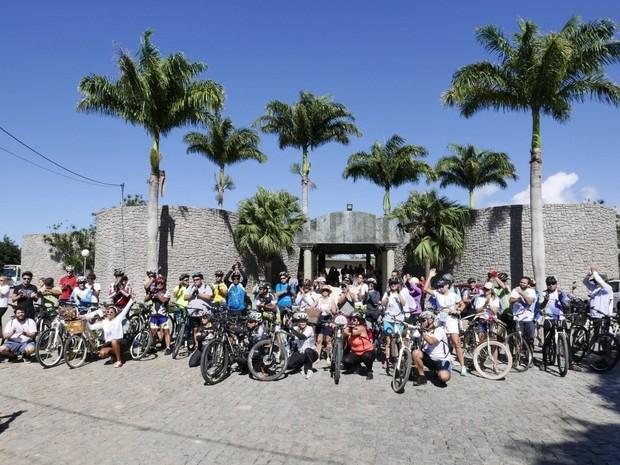 Ciclistas homenageiam  Detinha Son em enterro (Foto: Edson Chagas/A Gazeta)