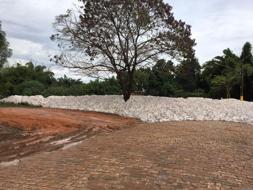 Espuma do rio Tietê invadiu rua 24 de outubro em Salto (Foto: João Conti/Arquivo Pessoal)