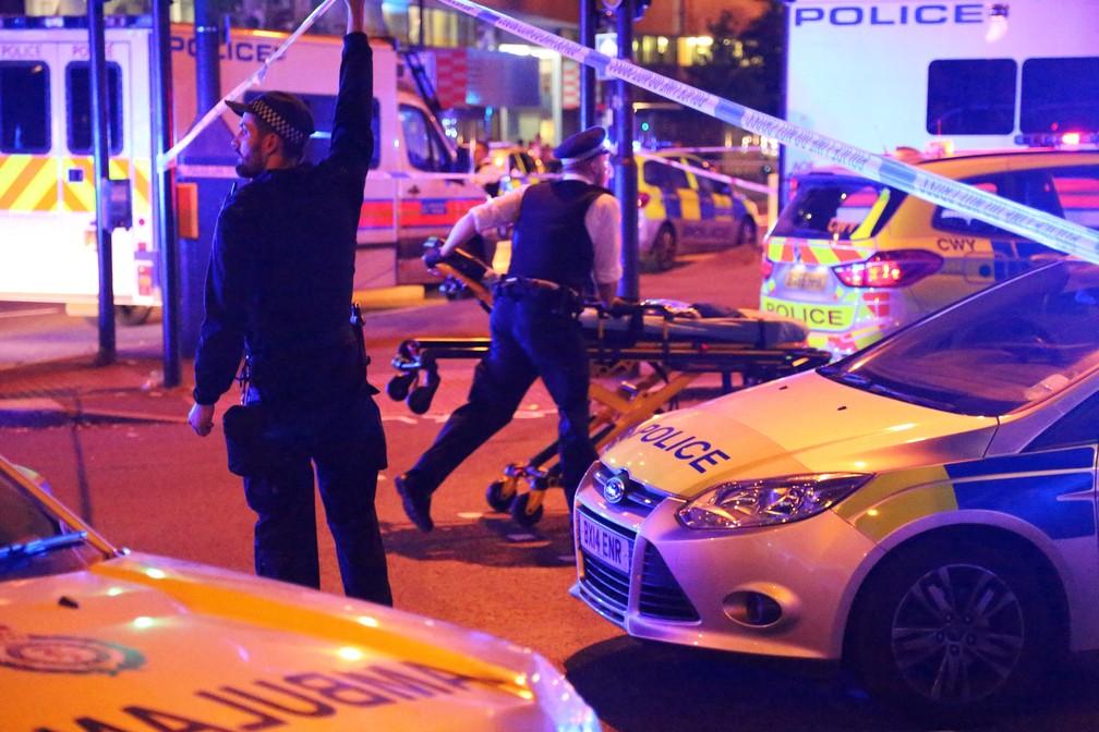 Policiais isolam área em que motorista atropelou muçulmanos perto de mesquita em Finsbury Park, no norte de Londres (Foto: James Cropper/Reuters)