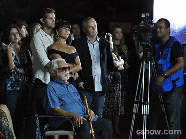 Na coletiva de imprensa, casal assiste ao clipe da novela (Foto: Inácio Moraes/ TV Globo)