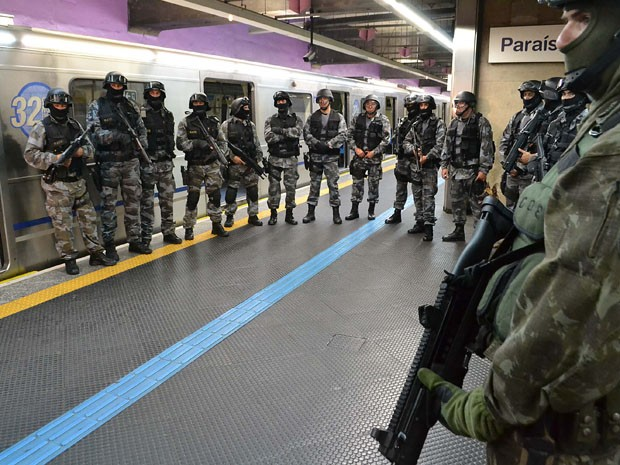 Policiais do Gate durante treinamento no Metrô em outubro (Foto: Edu Silva/Futura Press)