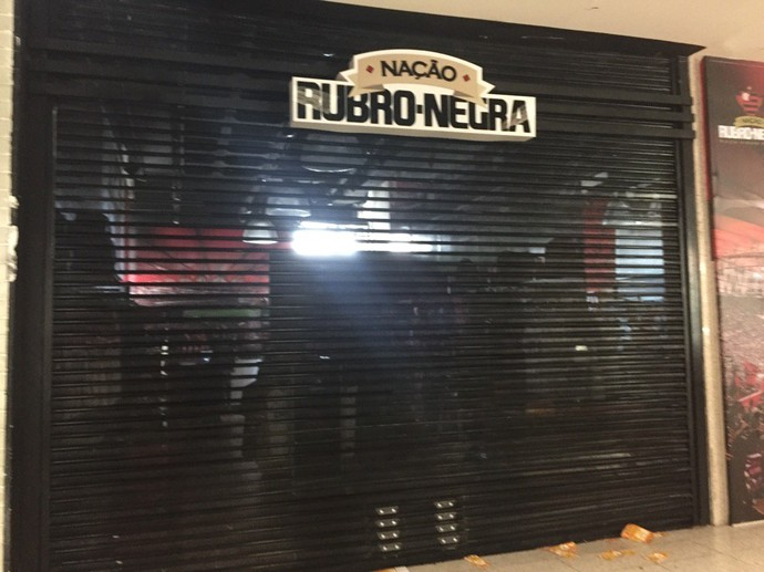 Torcedores do Vasco tentaram invadir loja do Flamengo no Santos Dumont (Foto: Richard Souza)