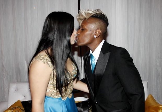 Thais e Neném se beijam (Foto: Celso Tavares/EGO)